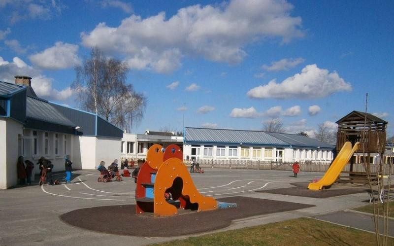 Cour des maternelles avec vue sur le bâtiment des élémentaires